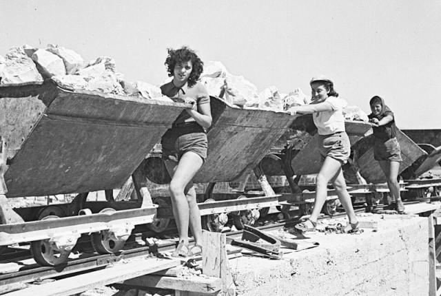 GPOhh-Women iin Ein Hard-Aug-1941-by-Zoltan-Kluger.jpg